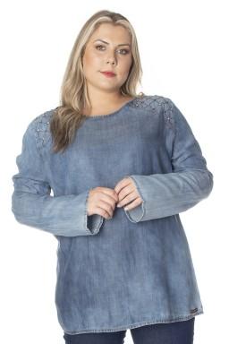 8128AR04 Blusa Jeans Plus Size com Bordado e Rebites (Frente)